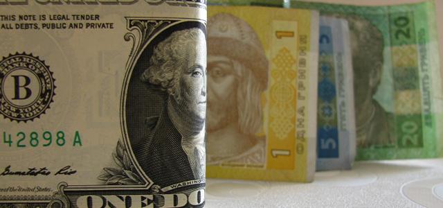 НБУ опустил официальные курсы долара и евро к гривне