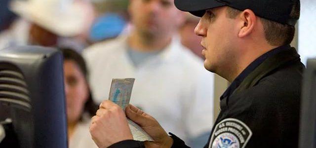Пограничники в аэропортах США требуют пароли от мобильных и соцсетей