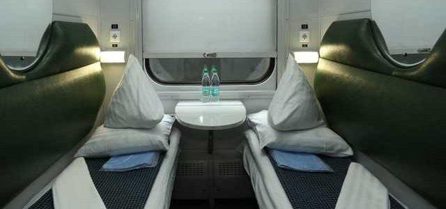 Убытки на миллионы. Железнодорожники пожаловались на украинцев, которые воруют и портят постель в поездах