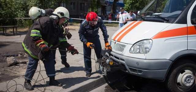 В Днепре водитель Skoda устроил гонки и «влетел» в остановку: два человека пострадали, один погиб