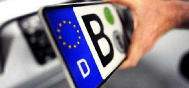 Луценко и Гройсман прошлись по таможенникам за авто на еврономерах