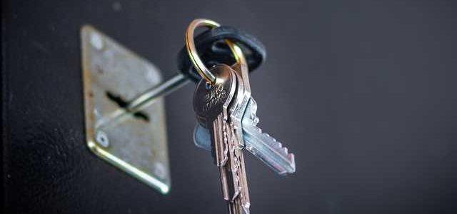 Липовые доверенности и тройная перепродажа – как у одиноких украинцев массово отжимают квартиры