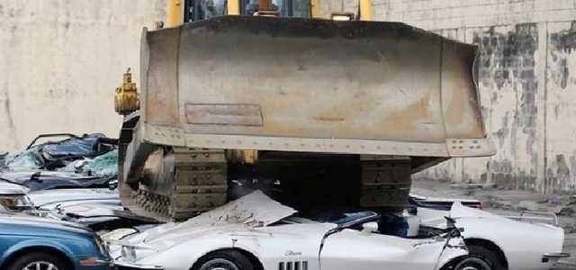 На Филиппинах бульдозером раздавили авто чиновников-коррупционеров