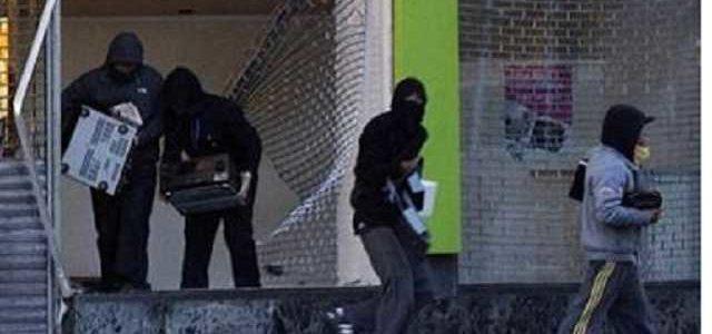 """Ищут """"сокровища"""": опубликовано видео разграбленных учреждений Луганска"""