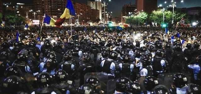 Румыны не украинцы, терпеть не стали: сотни тысяч людей сносят власть партии «воров и ублюдков»