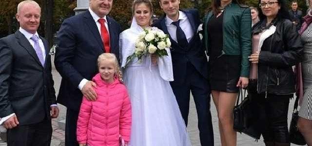 Порошенко в Харькове остановил кортеж и сфотографировался с молодоженами