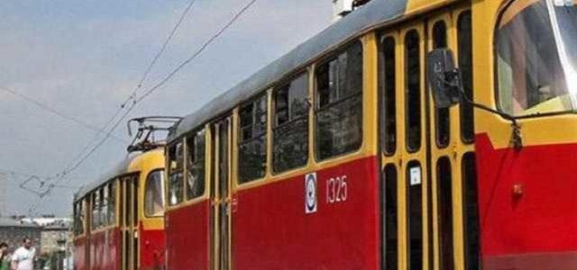 Притрусили песочком: В Днепре останки погибшей женщины не убирают с трамвайных путей