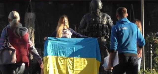 Блогерша оскандалилась в Крыму с украинским флагом и разозлила сеть: опубликовано видео