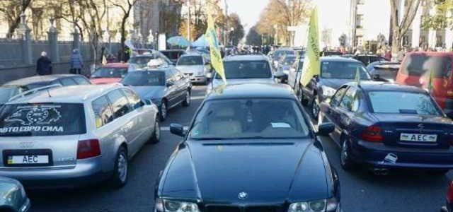 """В Киеве """"евробляхи"""" заблокировали общественный транспорт"""