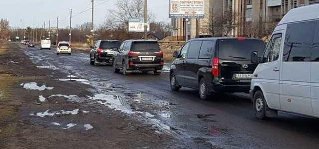 Кортеж Порошенко оценил качество реформированных дорог